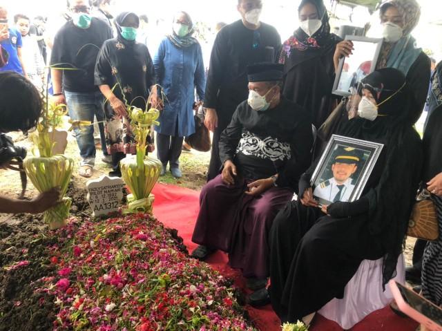 Isak Tangis Keluarga dan Sahabat Iringi Proses Pemakaman Co-Pilot Fadly (69503)