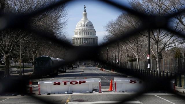 Mobil Hantam Barikade Gedung Kongres AS Capitol: 2 Polisi Terluka (98868)