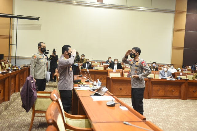 Hormat Jenderal Idham Azis ke Sang Suksesor Komjen Listyo Sigit di DPR (23457)