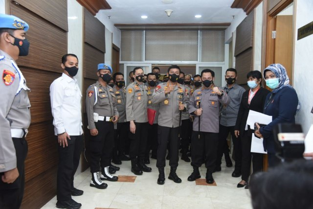 Hormat Jenderal Idham Azis ke Sang Suksesor Komjen Listyo Sigit di DPR (23459)