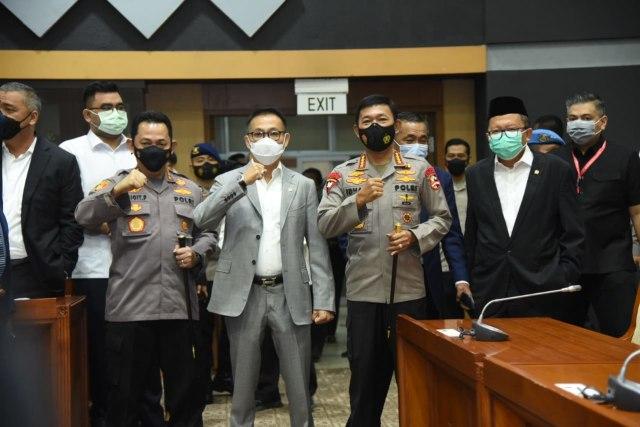 Hormat Jenderal Idham Azis ke Sang Suksesor Komjen Listyo Sigit di DPR (23458)