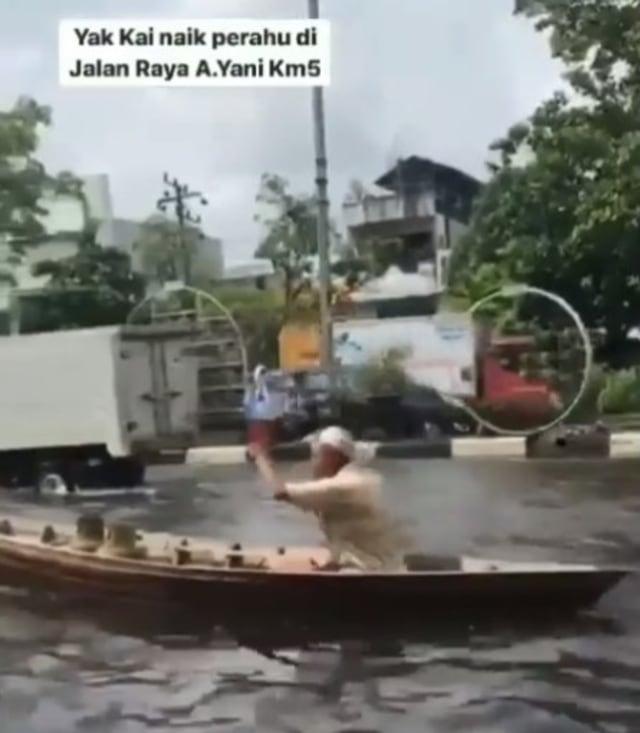 Momen Unik Kakek Kayuh Perahu di Jalan Raya yang Terendam Banjir saat Beli LPG (242135)