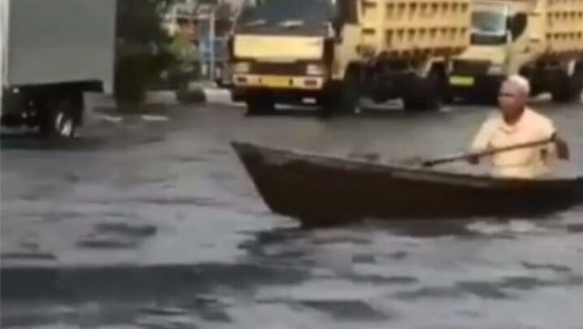 Momen Unik Kakek Kayuh Perahu di Jalan Raya yang Terendam Banjir saat Beli LPG (242136)
