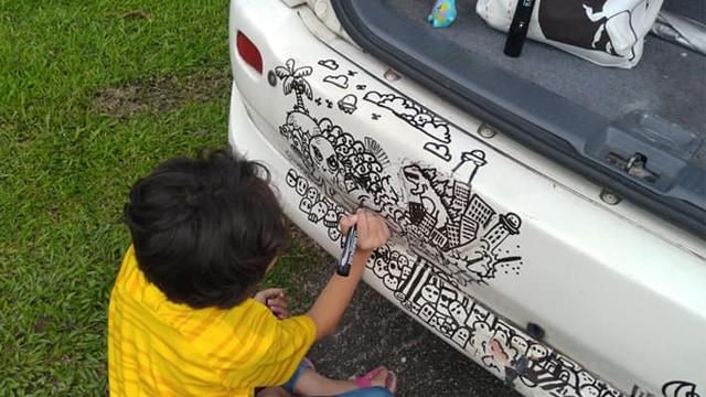Tak Marah, Orang Tua Ini Malah Beri Dukungan Anaknya yang Hobi Coret-coret Mobil (886448)