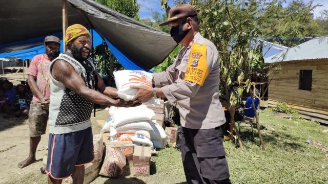 Bantuan Sembako untuk Korban Longsor di Tolikara (252084)