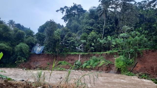 Hujan Deras Guyur Bogor, Tebing Setinggi 7 Meter di Sungai Cisadane Longsor (358958)