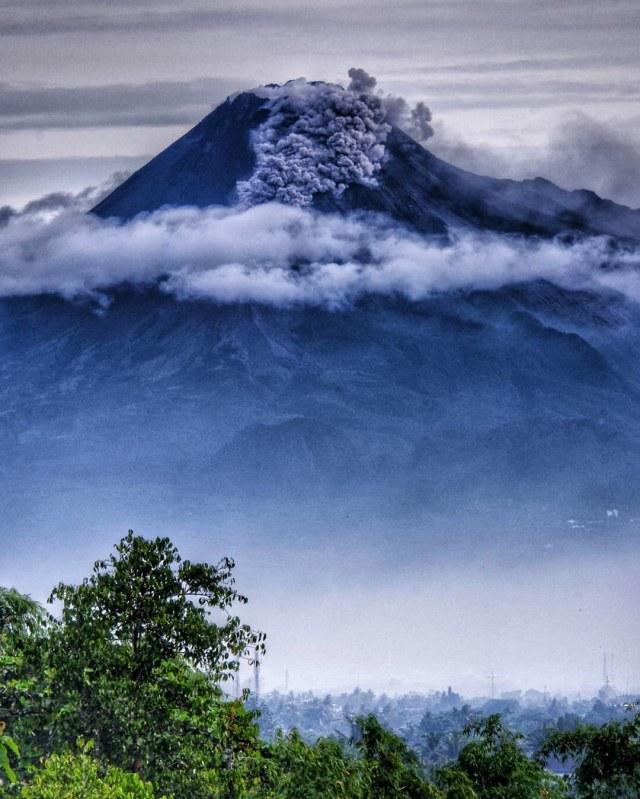 Selama 12 Jam Terakhir,  Gunung Merapi Keluarkan 22 Kali Awan Panas  (718404)