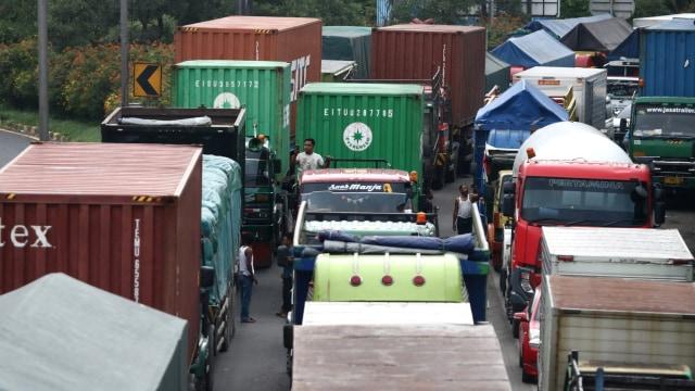 Foto: Kemacetan Panjang Imbas Jalan di Tol Surabaya-Gempol Amblas (260341)