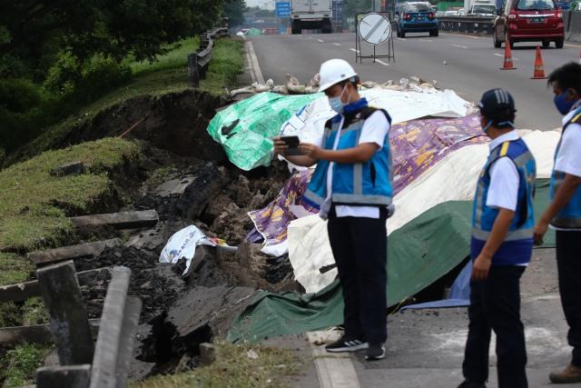 Foto: Kemacetan Panjang Imbas Jalan di Tol Surabaya-Gempol Amblas (260340)