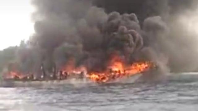 Akibat Cuaca Buruk, KM 4 Bersaudara Terbakar di Perairan Banggai Laut, Sulteng (41727)