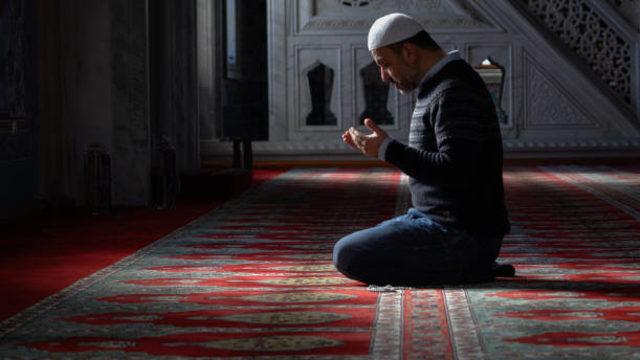 Syarat Menjadi Imam Sholat Berjamaah yang Perlu Ditaati (680561)