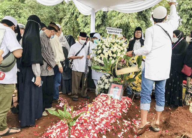 Upacara dan Isak Tangis Keluarga Iringi Pemakaman Pilot SJ 182 Capt Afwan (125171)