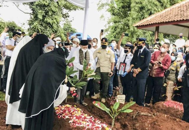 Upacara dan Isak Tangis Keluarga Iringi Pemakaman Pilot SJ 182 Capt Afwan (125170)