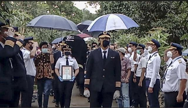 Upacara dan Isak Tangis Keluarga Iringi Pemakaman Pilot SJ 182 Capt Afwan (125168)