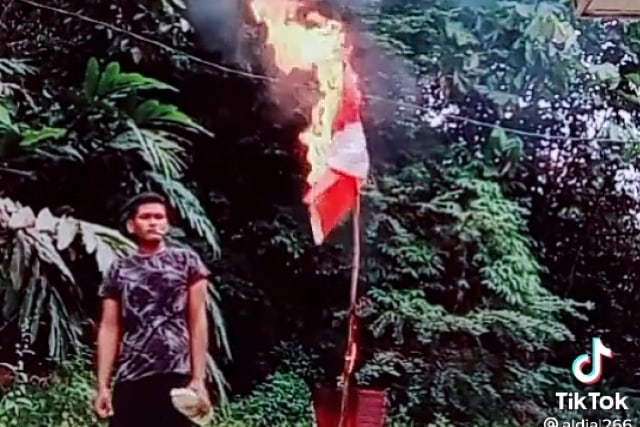 Viral Video Pria Bakar Bendera Merah Putih Diiringi Lagu Panglima Prang Aceh (6656)