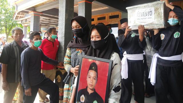 Kakak Beradik Korban Kecelakaan Sriwijaya Air SJ 182 Dimakamkan Bersebelahan (61707)