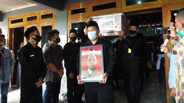 Kakak Beradik Korban Kecelakaan Sriwijaya Air SJ 182 Dimakamkan Bersebelahan (37758)
