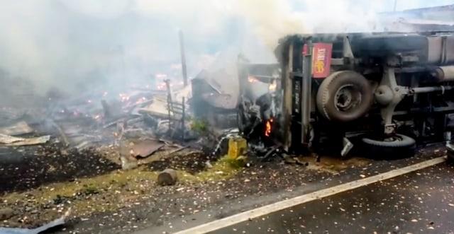 Mobil Tabrak Kios Minyak Warga di Lahat: 2 Orang Tewas, 7 Rumah Terbakar (80612)