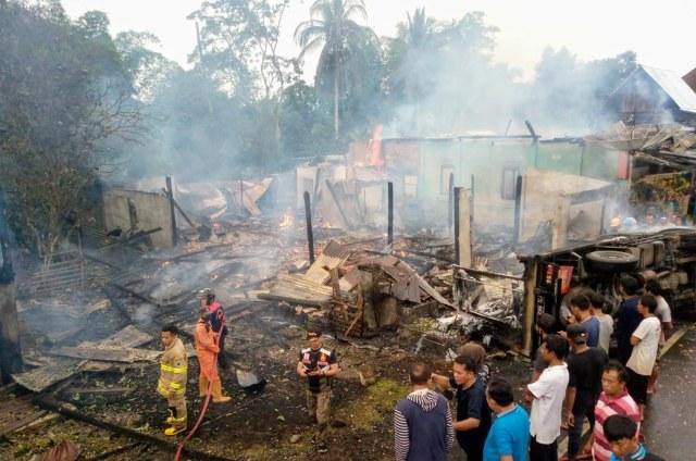Mobil Tabrak Kios Minyak Warga di Lahat: 2 Orang Tewas, 7 Rumah Terbakar (80613)