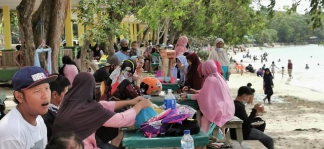 Akhir Pekan, Pantai Pelawan Karimun Ramai Diserbu Pengunjung (366143)