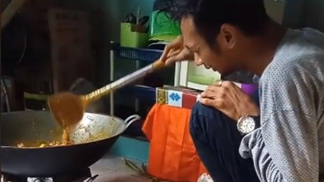 Pria Memasak Sambil Menangis Tersedu-sedu, Pesanan 60 Nasi Kotak Dibatalkan (1)
