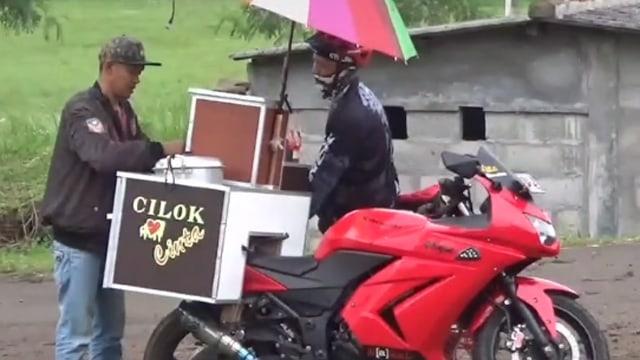 Viral Pria Pakai Motor Sport buat Jualan Cilok Keliling, Bikin Netizen Salut (287118)