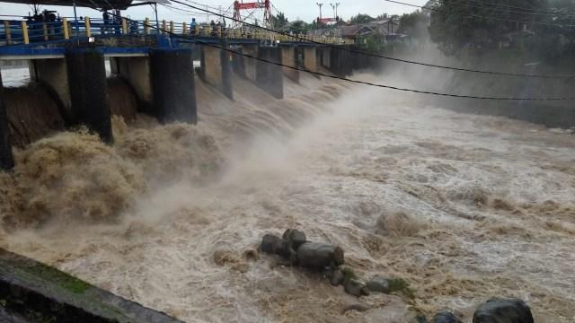 Bendung Katulampa Siaga 3, Warga di Daerah Bantaran Sungai Jakarta Harus Waspada (72737)