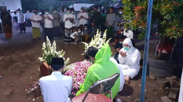 Ratusan Santri Iringi Pemakaman KH Atabik Ali, Mertua Anas Urbaningrum (294375)