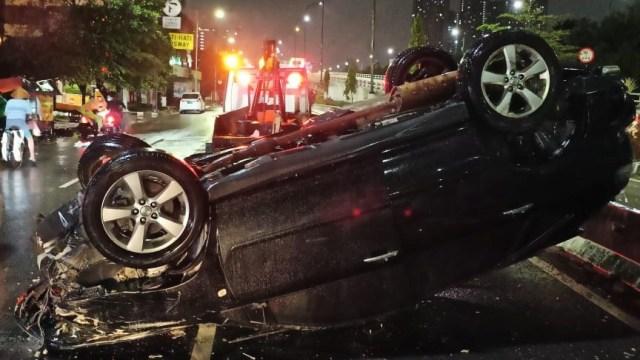 Kecelakaan Tunggal Terjadi di Grogol, Mobil Terbalik hingga Ringsek (210563)