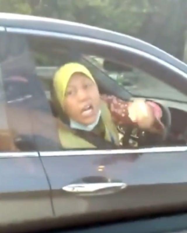 Sumpah Serapah Emak-emak ke Pengendara Mobil Lantaran Kaget Diklakson (400170)