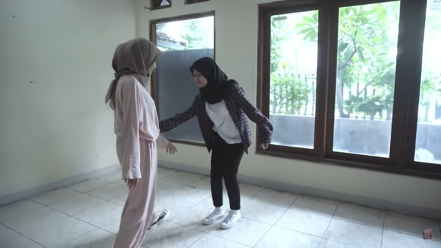 Melihat Rumah Unik Milik Arafah Rianti, Ada Pintu hingga Boneka yang Menggantung (57175)