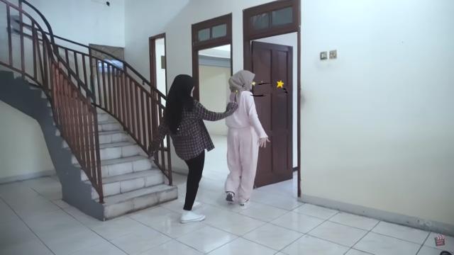 Melihat Rumah Unik Milik Arafah Rianti, Ada Pintu hingga Boneka yang Menggantung (57177)