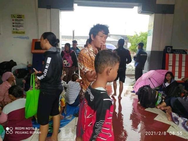 Stasiun Terisi Difungsikan Jadi Tempat Pengungsian Korban Banjir di Indramayu (77993)