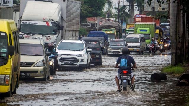 Ganjar Tinjau Korban Banjir Pekalongan, Usul Pengungsian Disekat Cegah COVID-19 (44869)