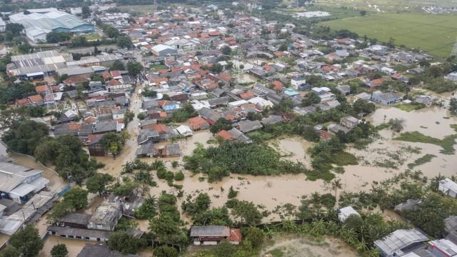Foto Udara: Banjir Imbas Luapan Kali Bekasi Merendam Permukiman Warga di Tambun (99290)