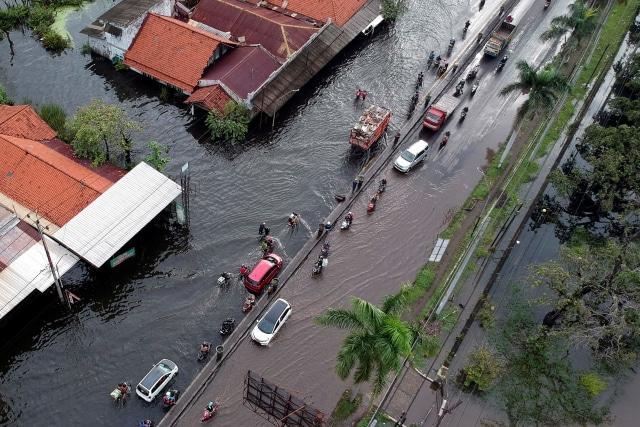 Ganjar Tinjau Korban Banjir Pekalongan, Usul Pengungsian Disekat Cegah COVID-19 (44871)