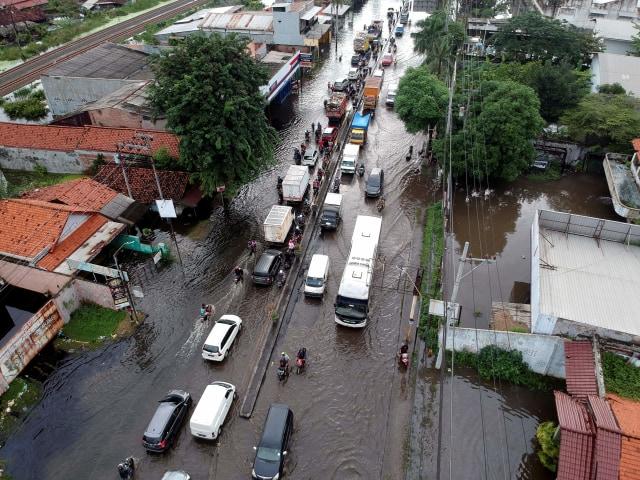 Ganjar Tinjau Korban Banjir Pekalongan, Usul Pengungsian Disekat Cegah COVID-19 (44870)