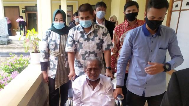 Mediasi, Ayah-Anak yang Berperkara soal Sewa Tanah di Bandung Kini Saling Peluk (36192)
