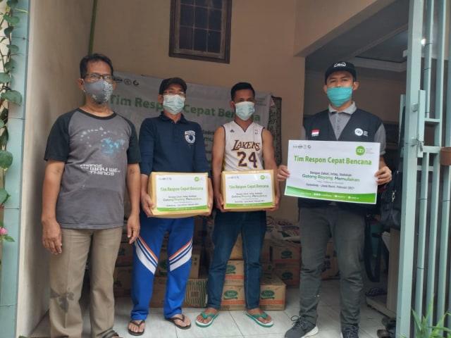 IZI Jabar Salurkan Paket Sembako Untuk Penyintas Longsor Sumedang (24008)