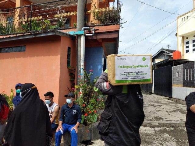 IZI Jabar Salurkan Paket Sembako Untuk Penyintas Longsor Sumedang (24009)
