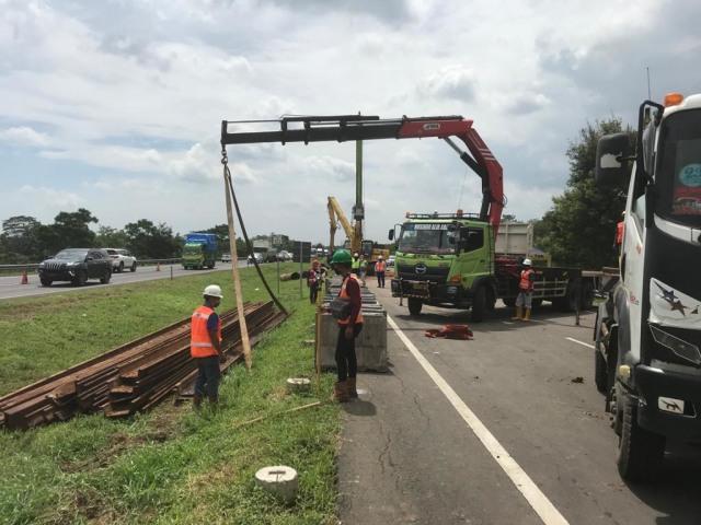 Antisipasi Macet, Lajur Sementara di KM 122 Tol Cipali yang Amblas Mulai Dibuat  (11426)