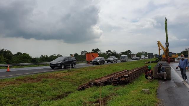 Antisipasi Macet, Lajur Sementara di KM 122 Tol Cipali yang Amblas Mulai Dibuat  (11427)