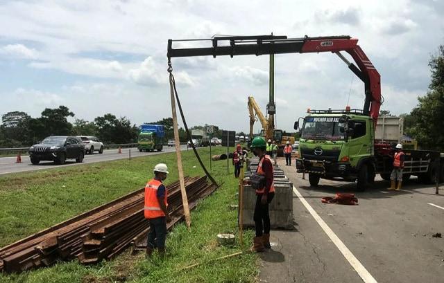 Jalan Amblas di KM 122 Tol Cipali Mulai Diperbaiki (87899)