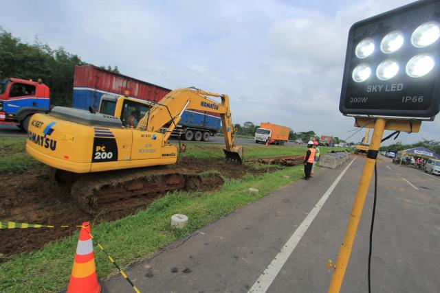 Foto: Pembuatan Lajur Sementara di KM 122 Tol Cipali yang Amblas  (28169)