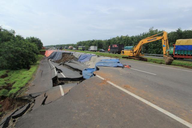 Foto: Pembuatan Lajur Sementara di KM 122 Tol Cipali yang Amblas  (28171)