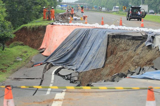 Foto: Pembuatan Lajur Sementara di KM 122 Tol Cipali yang Amblas  (28172)