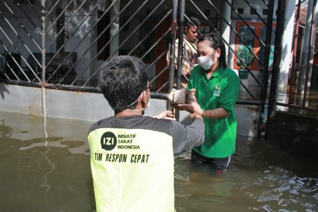 Inisiatif Zakat Indonesia Bantu Penyintas Banjir Semarang Yang Belum Surut  (91535)