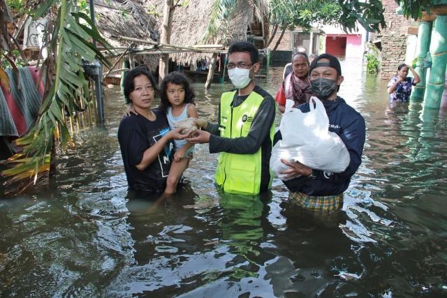 Inisiatif Zakat Indonesia Bantu Penyintas Banjir Semarang Yang Belum Surut  (91536)