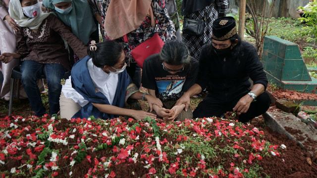 Potret Pemakaman Yuri Anurawan 'OM PMR' (75301)