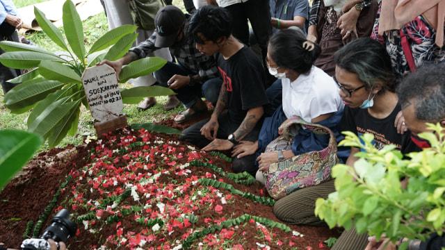 Potret Pemakaman Yuri Anurawan 'OM PMR' (75297)